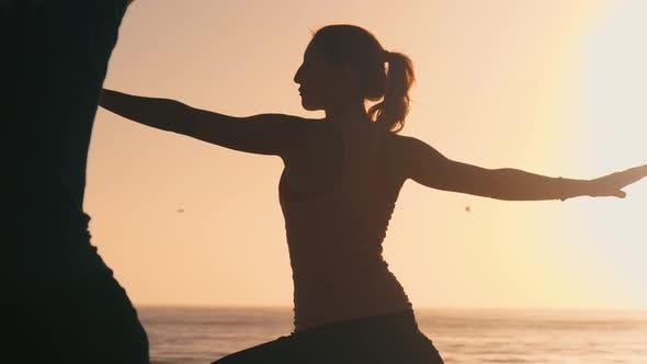 Mädchen Üben Yoga auf die Strand