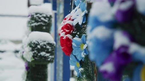 Bestattungsblumen auf dem fröhlichen Friedhof