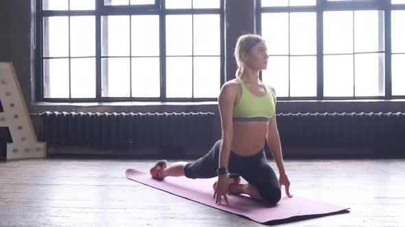 Starke junge athletische Frau macht Liegestütze auf Matte und trainiert Cardio-Trainingsübungen