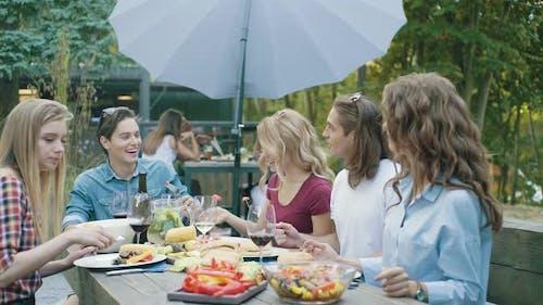 Menschen essen gesundes Essen auf Outdoor-Party.
