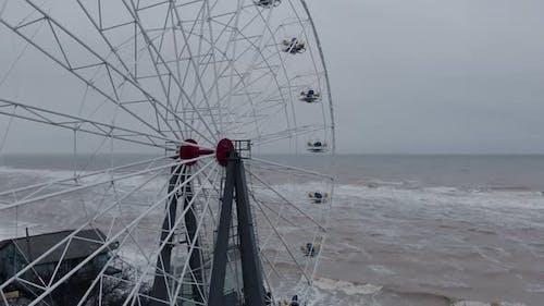 Riesenrad am stürmischen Tag im geschlossenen Strand-Vergnügungspark