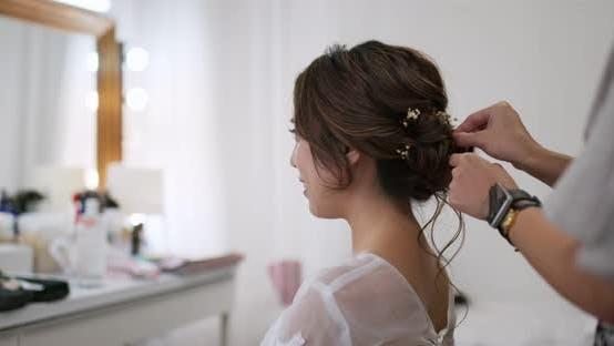 Thumbnail for Stylist macht Haare für die Braut
