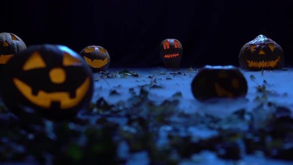 Thumbnail for Les citrouilles effrayantes à l'Halloween dans la forêt sombre brûlent comme des lanternes dans la fumée