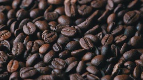 Kaffeebohnen drehen sich langsam