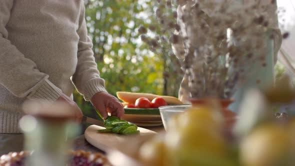 Thumbnail for Paar mittleren Alters Einrichten Tisch für Mittagessen im Garten