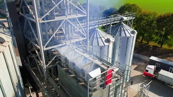 Silbersilos auf Agro-Fertigungsanlage