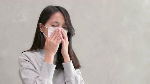 Frau tragen Gesichtsmaske
