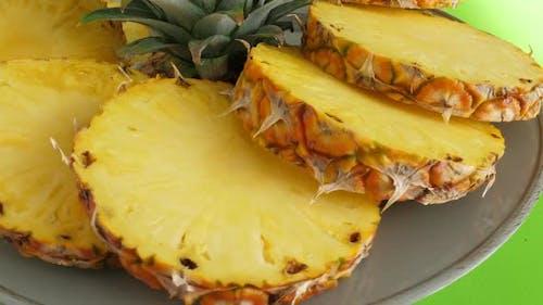 Geschnittene Stücke köstlicher Ananasfrucht