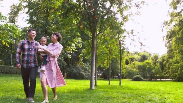 Thumbnail for Happy Family Walking im Sommerpark