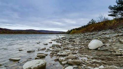 Wild Mountain River Nahaufnahme Reichlich Klare Bach. Detail Statischer Schuss von Babbling Creek mit Stein