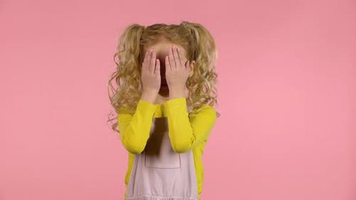 Little Cute Female spielt Hide and Seek.