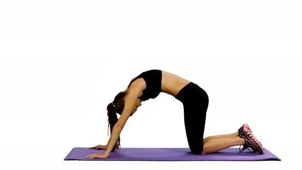 Thumbnail for Junge Frau Üben Yoga in Gym, weißer Hintergrund