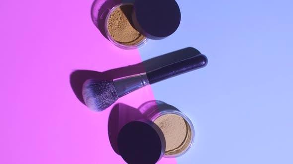 Thumbnail for Making-Up-Konzept. Ansicht von Make-up-Pinsel mit Gesichtspuder
