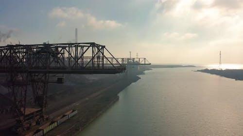 Krane für die Verladung in einem Industriewerk auf See stehend