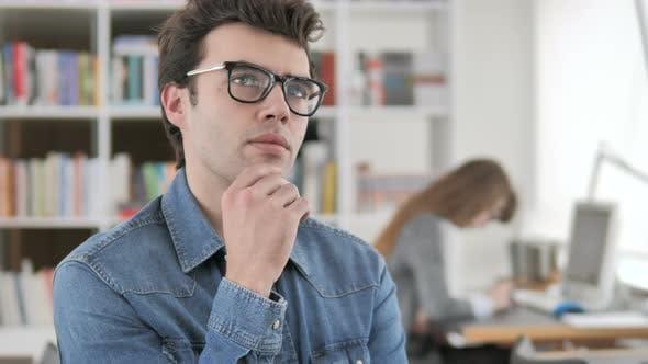 Thumbnail for Denken kreativer Mann bei der Arbeit