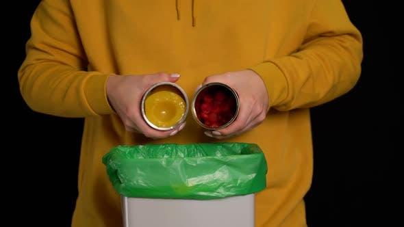 Thumbnail for Frau wirft eine Konserven Erdbeeren, Pfirsiche in Mülltonne