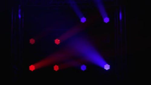 Bühne mit Spot-Beleuchtungsausrüstung