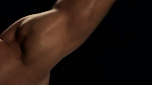 Nahaufnahme Mann mit Hantel Flexing Muskeln.