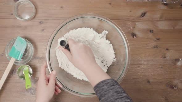 Schritt für Schritt. Mischen Zutaten für Kuchenkruste Kürbiskuchen backen