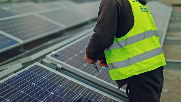 Photovoltaische Solaranlage Solarpanel-Techniker installieren Sonnenkollektoren
