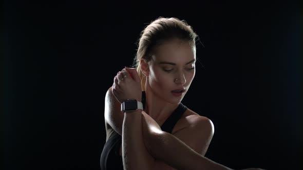 Thumbnail for Sport Frau tun Stretch-Übung auf schwarzem Hintergrund. Fit Mädchen Aufwärmen