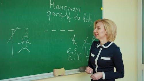 Positiver Lehrer im Klassenzimmer