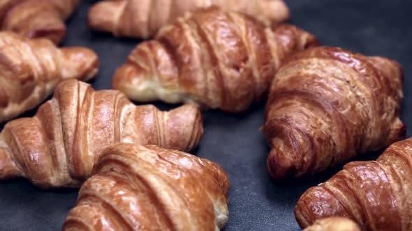 Frisch gebackene Croissants auf dem Tisch