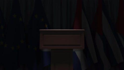 Flaggen von Kuba und der Europäischen Union und Tribune