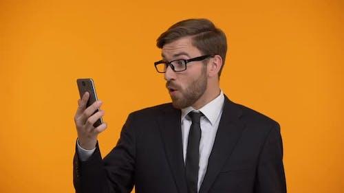 Mann schaut auf Smartphone und erhält sofort Geld Cash Back Application