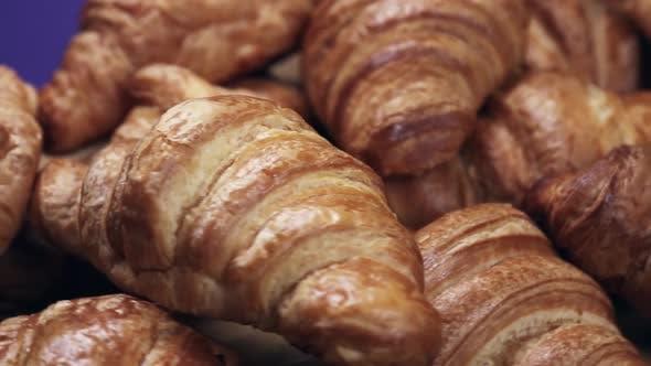 Frisch gebackener Croissants Frühstückstisch