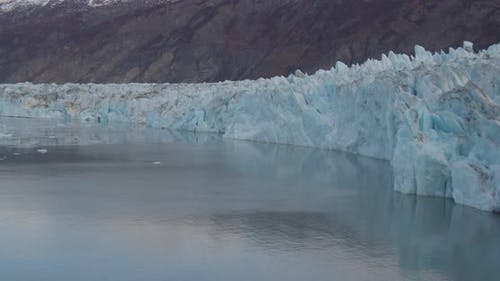 Lufthubschrauber Schuss fliegen hoch und über verschneite Alaska-Berghang, goldene Stunde, Drohne aufnahmen