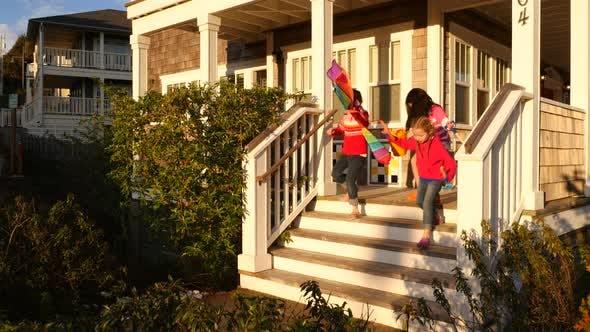 Дети ходят по ступенькам по пути к пляжу