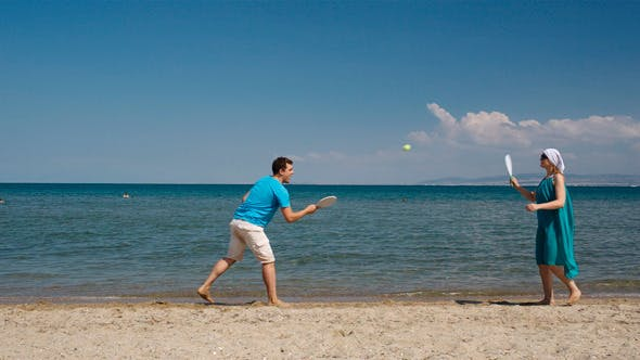 Cover Image for Couple Playing Bat And Ball At The Beach