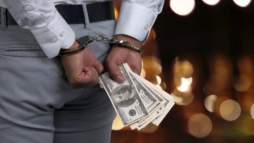 Seitenansicht Mann in Handschellen hält Geld.