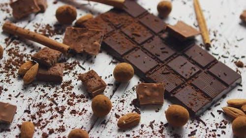 Schwarze Schokolade und Gewürze
