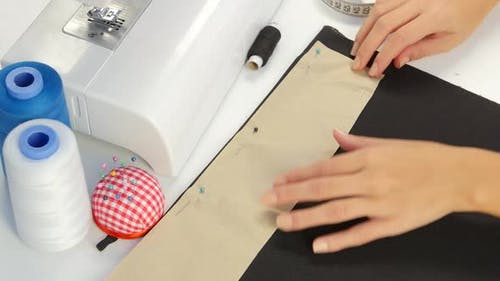 Percer le tissu. Gros plan