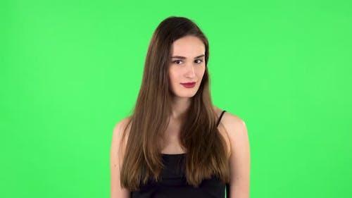 Mädchen droht mit ein Faust