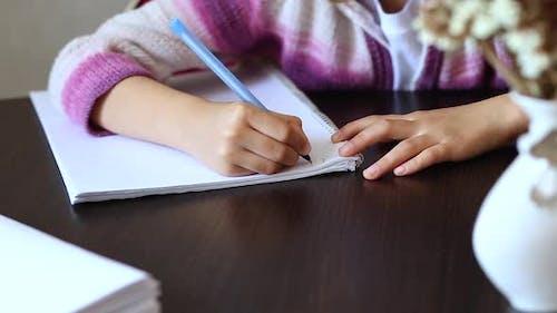 Unerkennbare Mädchen tun Hausaufgaben, Schreiben Bildung Konzept, Coronavirus