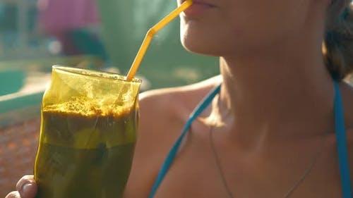 Femme buvant du café glacé lors d'une journée chaude