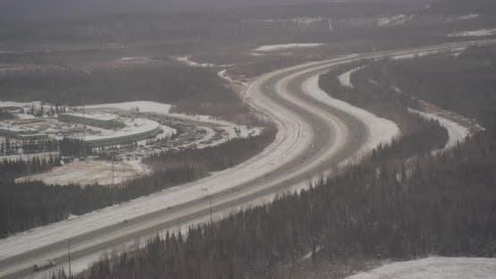 Thumbnail for Luftbildhubschrauber geschossen, neigen Sie sich vom verschneiten Bergkamm, um Wolken zu zeigen, die über Alaska-Mou schweben