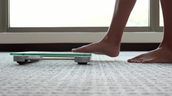 Thumbnail for Weibliche Messung des Gewichts auf Gesundheitsskala