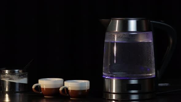 Thumbnail for Kochendes Wasser im Glas Transparent Wasserkocher mit Blaulicht-Beleuchtung. Schwarzer Hintergrund