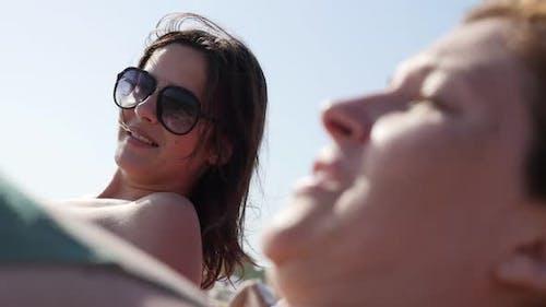 Paire d'amies de détente sur la plage de l'océan 4K 3840X2160 UltraHD images - Femmes sur la mer s