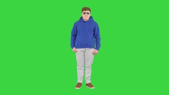 Junge Kind trägt Freizeitkleidung und coole Sonnenbrille Steht nichts auf einem Greenscreen Chroma