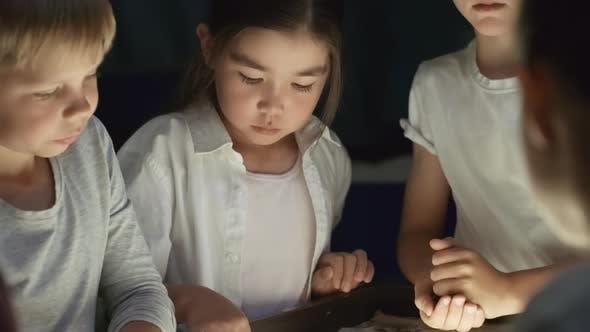 Thumbnail for Niedliche kleine Kinder machen Sand Animation