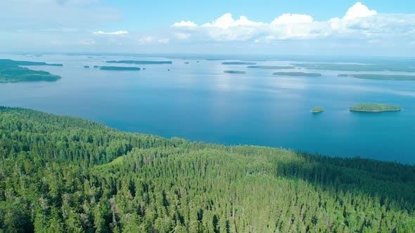 Thumbnail for Luftaufnahme des Sees und des Waldes in Südfinnland