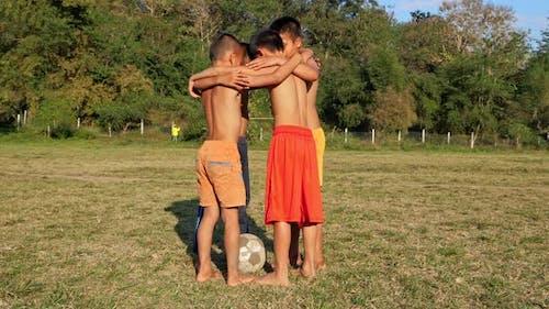 Landschaft-Kinder-Fußball-Mannschaft in Huddle