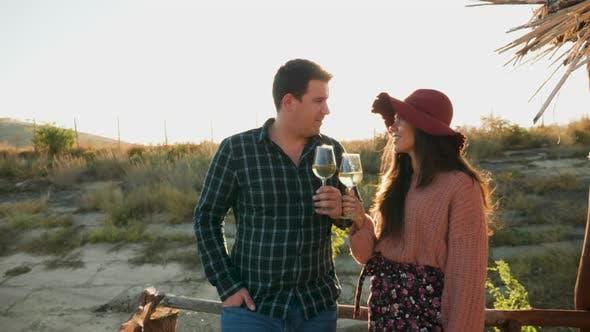 Thumbnail for Paar Verkostung Wein auf einem Ponton in Warm Sunligh