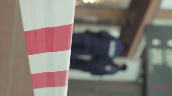 Barriere-Warnung Polizei-Klebeband am Vertical Video am Tatort