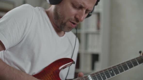 Thumbnail for Mann während der Song-Probe zu Hause
